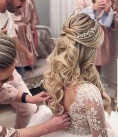 ideas makeup looks bridal wedding hairstyles Bride Hairstyles For Long Hair, Quince Hairstyles, Curls For Long Hair, Veil Hairstyles, Wedding Tiara Hairstyles, Curly Wedding Hair, Wedding Hair Down, Bridal Hair Vine, Wedding Hair And Makeup