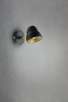 Fico har en design av elegant enkelhet! Runde former, LED og integrert touchdimmer er karakteriserende for Fico vegglampen. Det er en ideell lampe som leselampe ved siden av sengen, og med bruk av dimmeren kan du regulere lyset etter ønske! Dybde: 17 cm Høyde: 9 cm Ledning: 2 m hvit PVC Lyskilder: Integrert LED 7W Lumen: 360lm Fargetemperatur på lys: 2700 Kelvin (varmhvit) Volt: 230V Materiale: metall Farge: sort/messing Dimbar: JA, touchdimmer på lampe Energiklasse: A++ - A