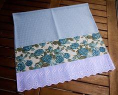 Ateliê da Russa Pano de copa azul com barra de tecido com rosas azuis e bordado…