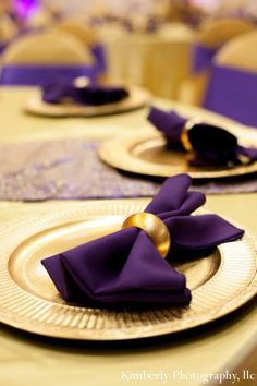 indian-wedding-table-setting-decor-purple-gold.