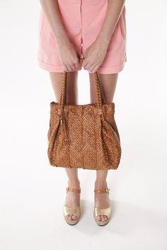 Mais detalhes de uma das nossas bolsas linda! Totalmente artesanal, trançado tira por tira de couro nobuck. Super especial e exclusiva essa bolsa.
