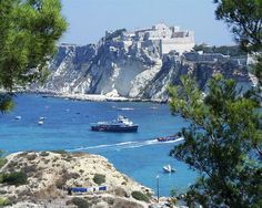 Isole Tremit (Foggia, Puglia): Isola di San Nicola con l' abbazia-fortezza e la chiesa di santa Maria a Mare