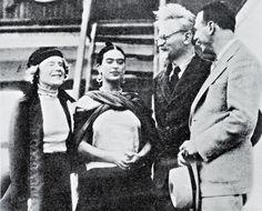 La fin de l'exil politique pour Léon Trotski et Natalia SedovaCette photographie de Léon Trotski, (1879-1940), accompagné de son épouse Natalia Sedova, (1882 -1962), et accueillis par Frida Kahlo (1907-1954) et le marxiste américain Max Shachtman, (1904- 1972), a été prise dans le petit port mexicain de Tampico le 9 janvier 1937 alors qu'ils viennent de débarquer du Ruth, pétrolier norvégien. Ils ont quitté le port d'Oslo le 20 décembre 1936. La Norvège a décidé de les expulser, comme ...