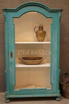 Prachtig zo'n oudebrocante vitrinekast in unieke kleur! Te koop bij www.old-basics.nl