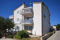 Polecamy Apartamenty 4 Delfiny, które znajdują się w miejscowości Lozica, tuż przy Rogoznicy. Dom składa się z 4 apartamentów. Szczegóły oferty: http://www.nocowanie.pl/chorwacja/noclegi/rogoznica/apartamenty/137355/