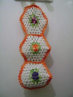 modelo colorido com flores em crochê