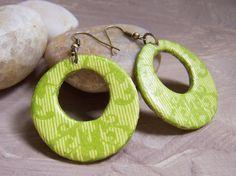 In schönem Frühlingsgrün...Vitamin C für die Seele ;-)    Die Ohrringe sind von Hand modelliert aus lufttrocknender Modelliermasse (97% natürliche Bes