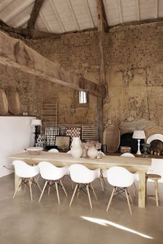ethnic dining room, polished concrete, earth, eames armchair Source by Farmhouse Style Kitchen, Farmhouse Interior, Farmhouse Plans, Modern Rustic Decor, Rustic Chic, Quinta Interior, Rustic Home Interiors, Large Furniture, House Design