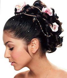 Brautfrisuren mit Blumen für Ihre perfekte Hochzeitsstimmung - brautfrisuren mit blumen glitzersteine und rosafarbene rosen - bridal hairstyle