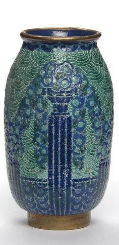 Vase en faience émaillée, à décor gravé de vasques et de guirlandes. Odette Chatrousse-Heiligenstein, 1925. H. cm : 26 - Diam. de l'ouverture cm : 11 - Diam. de la base cm : 8,2 - H. de la base cm : base dorée : 2,2 ©Photo Les Arts Décoratifs, Paris/Jean Tholance.