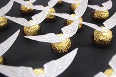 Throwing a Harry Potter party? Complete your party food with these easy Ferrero Rocher golden snitches! This Harry Potter party food idea takes mere. Harry Potter Treats, Harry Potter Ring, Cumpleaños Harry Potter, Estilo Harry Potter, Harry Potter Birthday, Luna Lovegood, Ferrero Rocher, Harry Potter Fiesta, Christmas Treats To Make