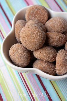 175g de farinha de trigo 100g de manteiga sem sal em temperatura ambiente 60g de açúcar 1/2 colher (chá) de fermento em pó uma pitada de sal 2 colheres (sopa) de conhaque (opcional) 1/2 colher (sopa) de canela em pó 1 colher (sopa) de chocolate em pó um pouquinho de essência de baunilha  - açúcar e canela em pó extra para envolver os biscoitinhos  Pré-aqueça o forno a 180˚C.
