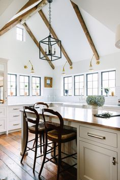 Looking for Cottage Kitchen ideas? Browse Cottage Kitchen images for decor, layout, furniture, and storage inspiration from HGTV. Grey Kitchen Island, Kitchen Island With Seating, All White Kitchen, Wolf Kitchen, Pictures Of Kitchen Islands, Kitchen Pictures, High End Kitchens, Home Kitchens, Kitchen Styling