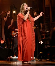 Outfit night This is one of the best performances I've ever seen on Saturday Night Live Ma. This is one of the best performances I've ever seen on Saturday Night Live Maggie Rogers is beyond her years and SO brave! Imagine the pressure! Ruston Kelly, Lori Mckenna, Night Outfits, Outfit Night, Saturday Night Live, Fall Dresses, Pretty Woman, Style Icons, Style Inspiration