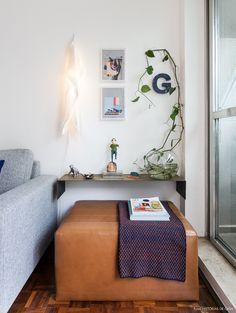 Nesse apartamento pequeno a varanda é o grande diferencial. Integrado à sala, o espaço traz plantinhas e até uma rede de balanço. Confira o apê completo!