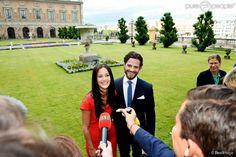 Le prince Carl Philip de Suède et sa compagne Sofia Hellqvist annoncent leurs fiançailles lors...