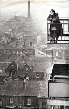 back-then ட் Actress Violet Carson looking out over the early industrial landscape of Manchester. CoronationStree (photographie noir et blanc black and white) Vintage Pictures, Old Pictures, Old Photos, Funny Pictures, Black White Photos, Black And White Photography, Fotografia Retro, Coronation Street Blog, Travel Photographie