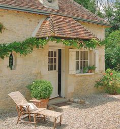 Patio gravel- Décor de Provence: A Charming Little Mill House French Cottage, French Country House, Cozy Cottage, Cabins And Cottages, French Countryside, Inspired Homes, My Dream Home, Tiny House, Beautiful Homes