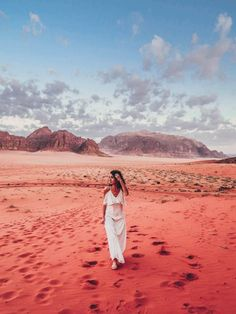A trip to Jordan has to include a night in the Wadi Rum desert. It's a famous desert, a natural park and a movie set, due to its Mars appearance. Desert Photography, Travel Photography, Glamping, Wadi Rum Jordan, Israel, Valley Of The Moon, Safari, City Of Petra, Jordan Photos