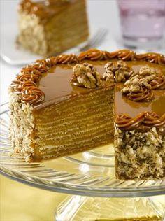 Disfruta de una rica Torta de Panqueque con Manjar, su tiempo de preparación es de 120 minutos y te alcanzarán 16 porciones de 448 Kcal c/u. Chilean Recipes, Delicious Desserts, Yummy Food, Profiteroles, Crepe Cake, Weird Food, Pastry Cake, Desert Recipes, Cakes And More