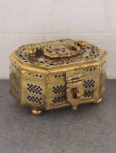Vintage Brass Octo Shape Jalicut Pandan x x Vintage Metal, Unique Vintage, Vintage Art, Antique Wall Decor, Ancient Indian Art, Pewter Art, Diwali Diy, Copper And Brass, Bronze