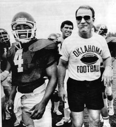Barry Switzer having fun with Jamelle Holieway! Dallas Cowboys Coaches, College Football Coaches, Oklahoma Sooners Football, Oregon Ducks Football, Notre Dame Football, Alabama Football, American Football, Football Players, Barry Switzer