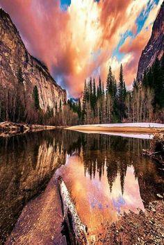 Somente um Deus poderoso pra pintar um céu desta maneira. O reflexo fica ainda mais bonito, quando olhamos demoradamente..ao redor..das montanhas. Obrigado Senhor pela mãe natureza..