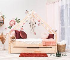 Der Minimalismus, die Symmetrie und der skandinavische Stil bewirken, dass das Kinderbett in viele Innenräume passt. Nebenbei kann es für Ihr Kind ein Ort des unendlichen Spielens und ein sicherer Zufluchtsort sein. Toddler Bed, Furniture, Home Decor, Bed With Drawers, Bed Mattress, Child Bed, Minimalism, Decoration Home, Room Decor