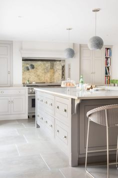 Earl Grey Limestone - Küche in Buchehaus Buckhurst Hill - Humphrey Munson Stone Library 6 Open Plan Kitchen, New Kitchen, Kitchen Ideas, Kitchen Island, Kitchen Grey, Stone Kitchen, Kitchen Units, Kitchen Things, Kitchen Colors