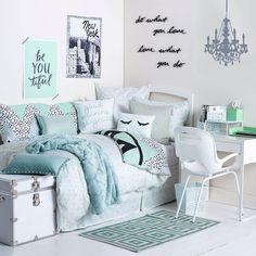 jugendmöbel weiß blau grau türkis teppich deko ideen gestaltunf kissen decke wandaufschrifte ideen wandsticker
