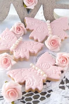 (via Dont Bug Me ♥ / Terrifically pretty (edible) pearl bedecked Pink Butterfly Cookies.)