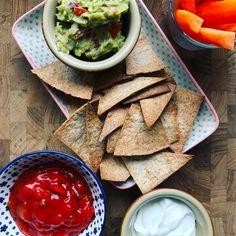 """""""Nachos"""" & Guacamole🥑 De er ikke helt originale men istedet er det en lidt sundere udgave! Jeg har brugt fuldkorns madpandekager! Læs den meget simple fremgangsmåde på Madogkaerlighed.dk I dag har jeg også delt opskrifter på 🔹Kylling frikadeller 🔹Ærte vafler👌🏻 Så der er masser af inspiration at finde til de kommende dage☺ #nachos #søndag #weekend #guacamole #avokado #nemmad #sundmad #foodblog #sundhed #snack #nomoreboringmeals #frokost #lunch #aftensmad #hygge #nemmad"""