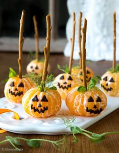 halloween decorations tree 5 Dicas Para Fazer Uma Decorao de Festa Simples e Bonita Comida De Halloween Ideas, Dulces Halloween, Postres Halloween, Halloween Fruit, Healthy Halloween Treats, Halloween Party Snacks, Easy Halloween Decorations, Halloween Dinner, Halloween Desserts