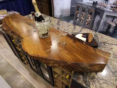 attraktive Arbeitsplatte aus Holz auch als dekoratives Element