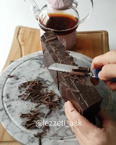 Daha önce çaylı kek yapmısmıydınız ?😙 Peki bol çikolatalı olarak 😍 Evet bende çok bir zamanlar çaylı kek yapardım ama bugun tepside aglayan pasta formatında bol çikolatalı yaptım🍫🍫 Gerçekten nefis oldu 👌 Çay keke tadını vermesede yumusaklık katıyor.Kek piştikten sonra hiç ıslatmaya gerek yok bu hali...