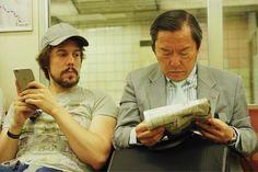 Mirando de reojillo las noticias del día en el metro de Osaka. #ViajoConTurkish #minubetrip