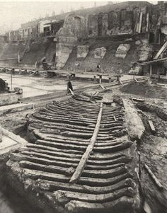 Roman galley discovered during the construction of County Hall in 1910 28 Amazing Vintage Photographs of London in the Late and Early Centuries ~ vintage everyday Old London, Vintage London, Victorian London, Victorian Era, London Pictures, London Photos, London History, British History, Ancient Rome