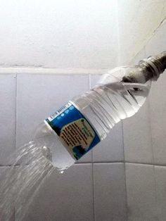 Botella de plástico con agujeros para la ducha