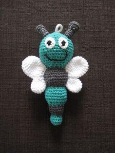 Heute habe ich eine weitere hübsche kleine Babyrassel für Euch. Eine gehäkelte Schmetterlingsrassel in grün und grau: gehäkelte Schmet...