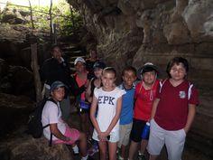 Otra de las actividades para los colegios en su paseo por las Islas #Galápagos es la visita y recorrido por los túneles de lava.