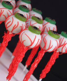#Halloween #cakepops #Eyeball #spooky #chocolate #treats #fun #Lifesaver #sixlets #tutorial