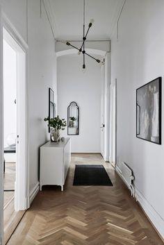 Här finns plats för både gästernas kläder och hallrumsmöbler. Storgatan 41 - Bjurfors