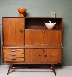 Geweldig hippe kast van Webe, ontworpen door Louis van Teeffelen in de jaren '50. Deze vintage kast heeft drie lades, twee grote openslaande deuren en een klep. Als je deze opent krijg je een bureau waar je aan kunt zitten. Achter de andere grote deur zit een spiegel. Leuk als bar. Geeft een ruimtelijk effect. De kast is gemaakt van teakhout of palissander en verkeert in een zéér nette staat voor 2ehands meubelen!   Prijs: 420 euro.