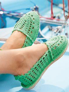 Espadrilles - der Schuh des Sommers! Gestalten Sie Ihr Lieblingsmodell einfach selbst. Diese einfache Strickanleitung hilft Ihnen dabei.