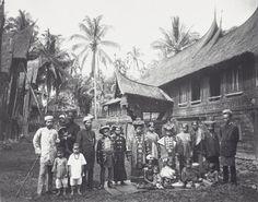 Berkas:COLLECTIE TROPENMUSEUM Groepsportret van een Minangkabau familie TMnr 60041723.jpg