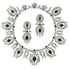 Imperiale Set The garland motif resembling laurel leaf crowns is imposing, as is the choice of 11 oval-cut emeralds. Their shade of green, the color of Osiris, is simply divine. The gold fleur-de-lis details embellishing the tips of this masterpiece are regal.