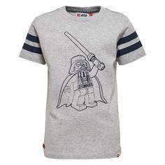 Jongens grijze tshirt Lego Star Wars van het kinderkleding merk legowear  Deze Licht grijze tshirt is voorzien van een korte mouw en een ronde hals. De shirt heeft een blauw geborduurde tekening van Star wars - Darth Vader De mouwen hebben elk 2 blauwe strepen.