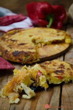 Torta di patate e peperoni con scamorza filante in padella, un secondo piatto gustoso e sostanzioso. Ottima per un pranzo o cena sfiziosa.
