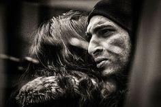Не бойтесь рассердиться. Не бойтесь полюбить снова. Не позволяйте трещинам в своём сердце превращаться в рубцы. Поймите, что сила увеличивается... Поймите, что храбрость красива. Найдите в Вашем сердце то, что заставляет других улыбаться... не стремитесь иметь больше «друзей». Будьте сильны...Признавайте, когда Вы будете неправы... оглядывайтесь назад и смотрите, чего Вы добились, и гордитесь собой. Не изменяйтесь ни для кого, если Вы не хотите. Делайте больше. Живите проще.