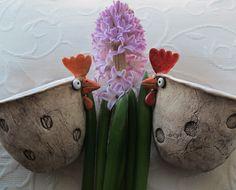 Pipinka domácí I. Slípka ze šamotky přírodně zdobená, modelovaná jako mačkaná keramika, zatřená oxidem kovu, částečně glazovaná. Na pšenku, na řeřichu, na vajíčka, na kvítí, na cokoli. Miska je vevnitř glazovaná. Výška 10 cm, šířka 15 cm. Aktuálně je ihned k mání slepička s tulipány. Druhá je prodaná. Cena za 1 ks. Všechno velikonoční zboží je ...